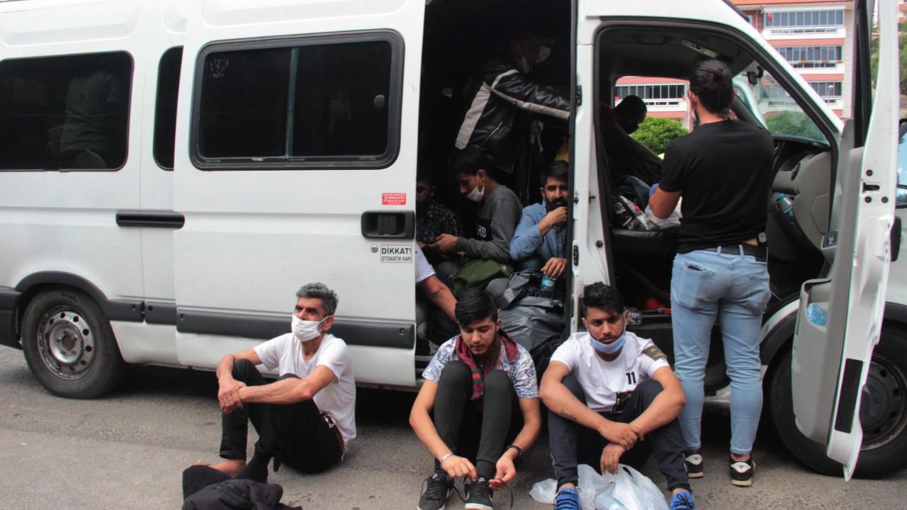 'Dur' ihtarına uymadı, minibüsten 34 göçmen çıktı