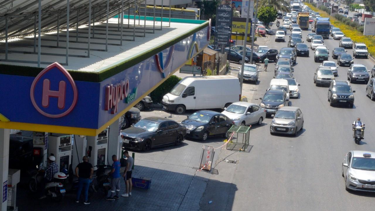 Ekonomik kriz vurdu.. 10 litre benzin için kuyruk!