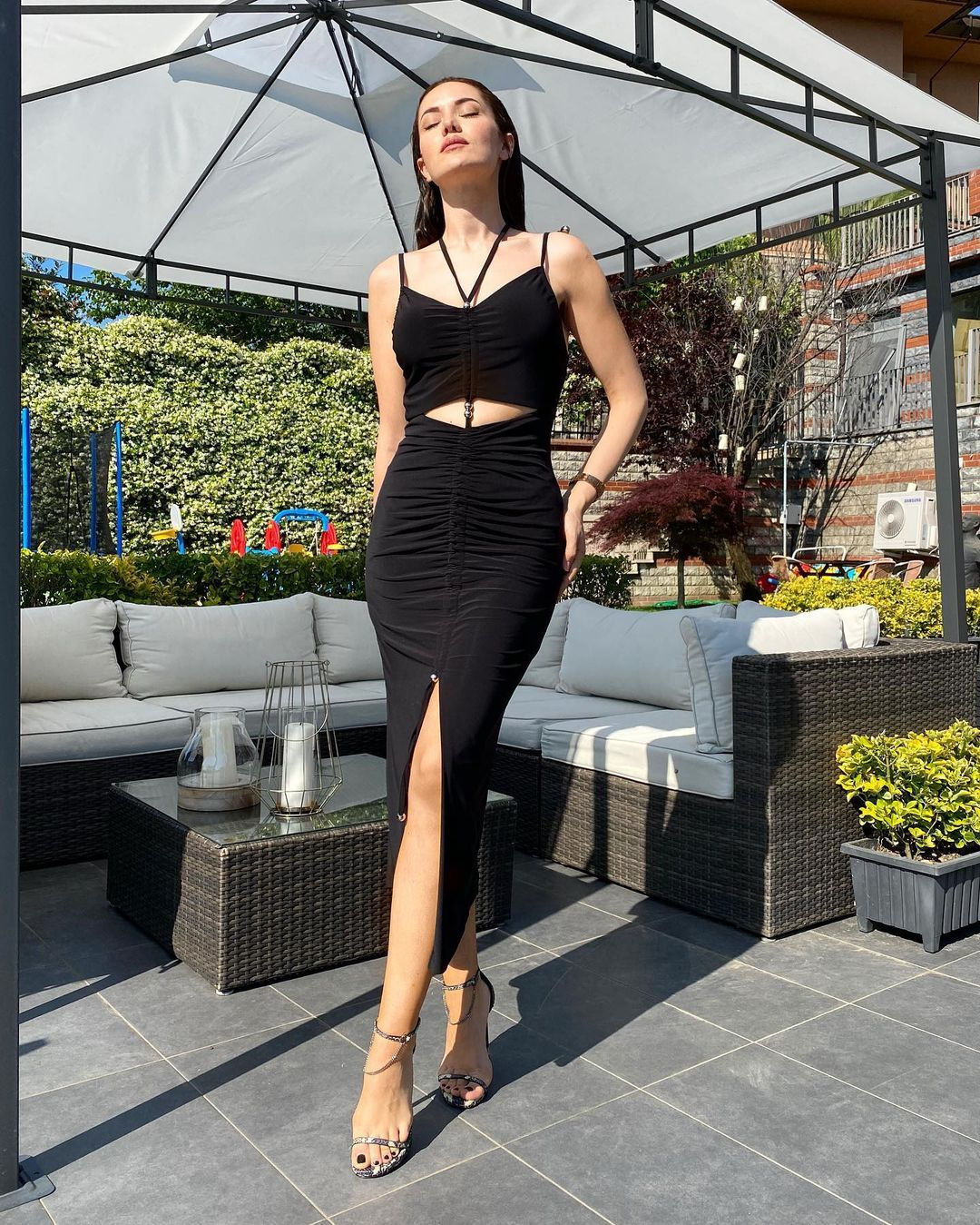 Ünlü oyuncu Fahriye Evcen siyah dekolteli elbisesi ile göz kamaştırdı! - Sayfa 4