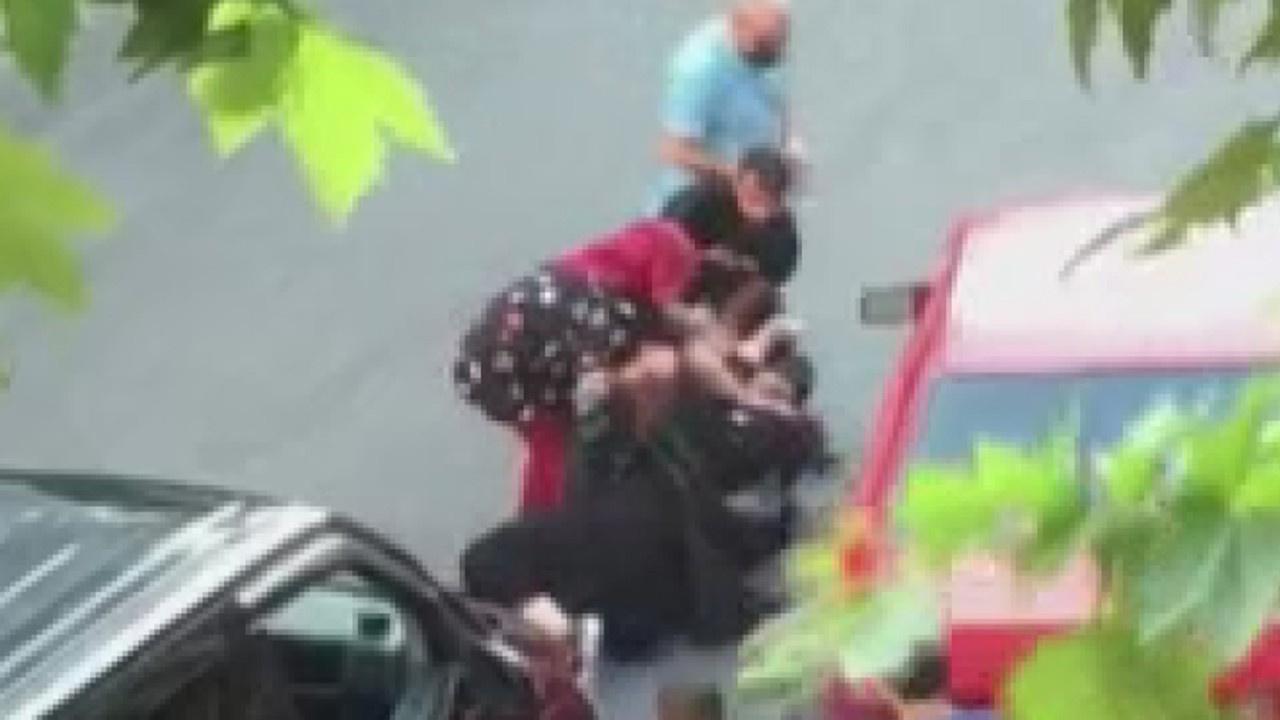 Sokak ortasında saç saça baş başa kavga!