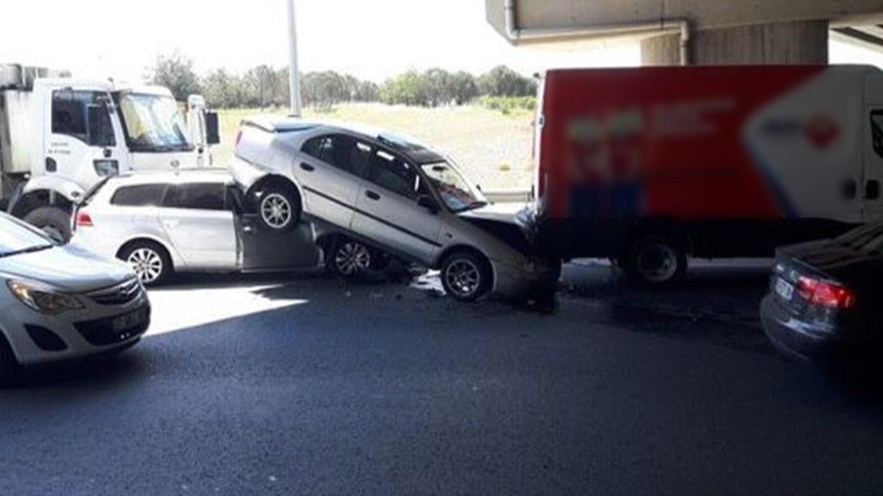 Araçlar birbirine girdi... Otomobil askıda kaldı!