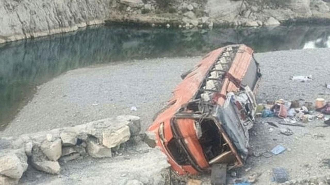 Yolcu otobüsü devrildi! 18 ölü