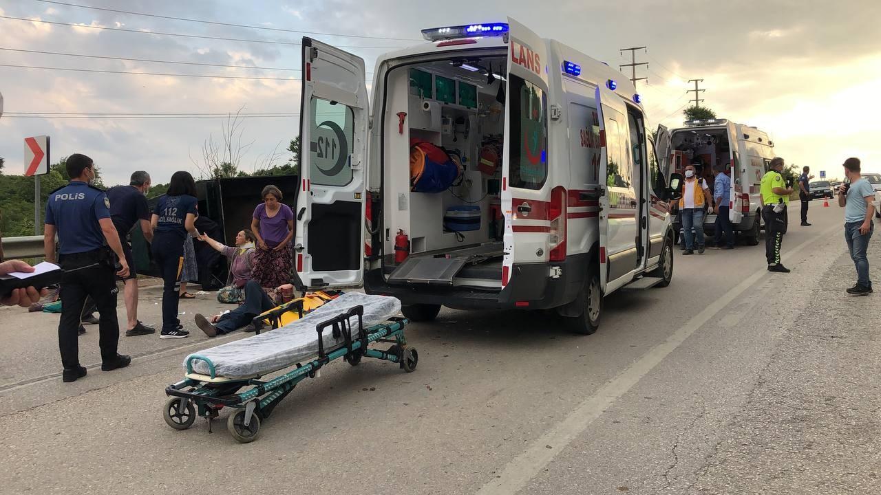 Tarım aracı devrildi: Faciaya kıl payı, 6 kişi...