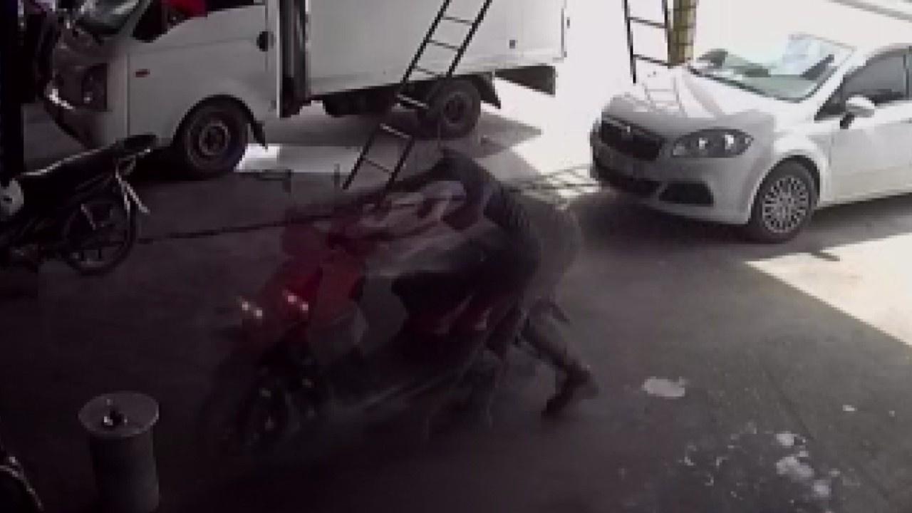 Motosiklet sürücüsü böyle sürükledi