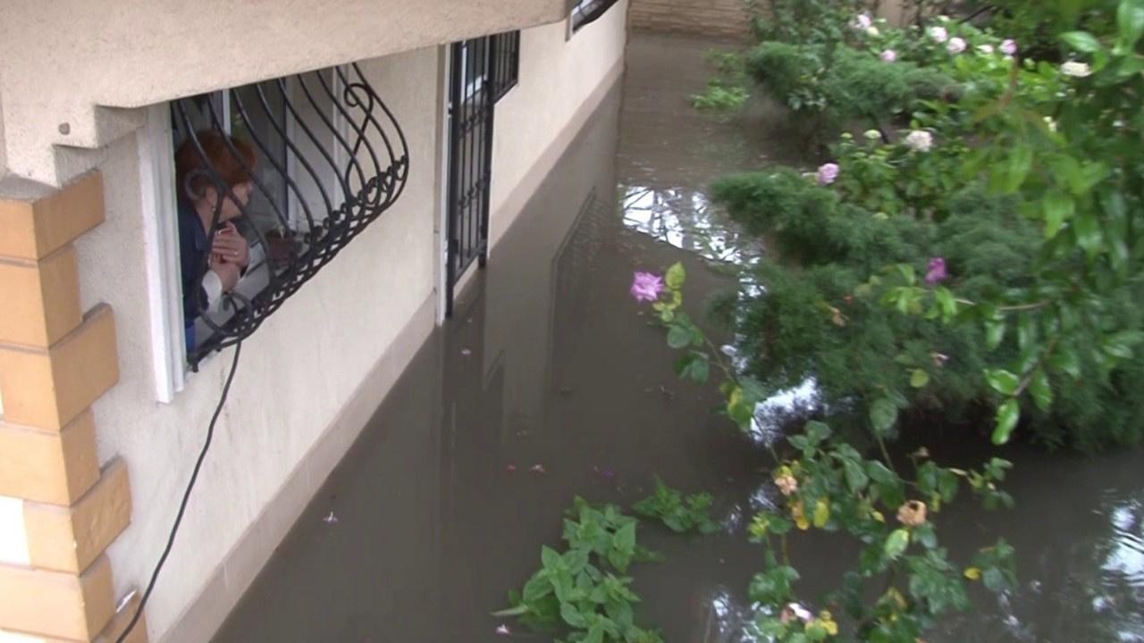 Evin bahçesini su bastı vatandaşlar mahsur kaldı