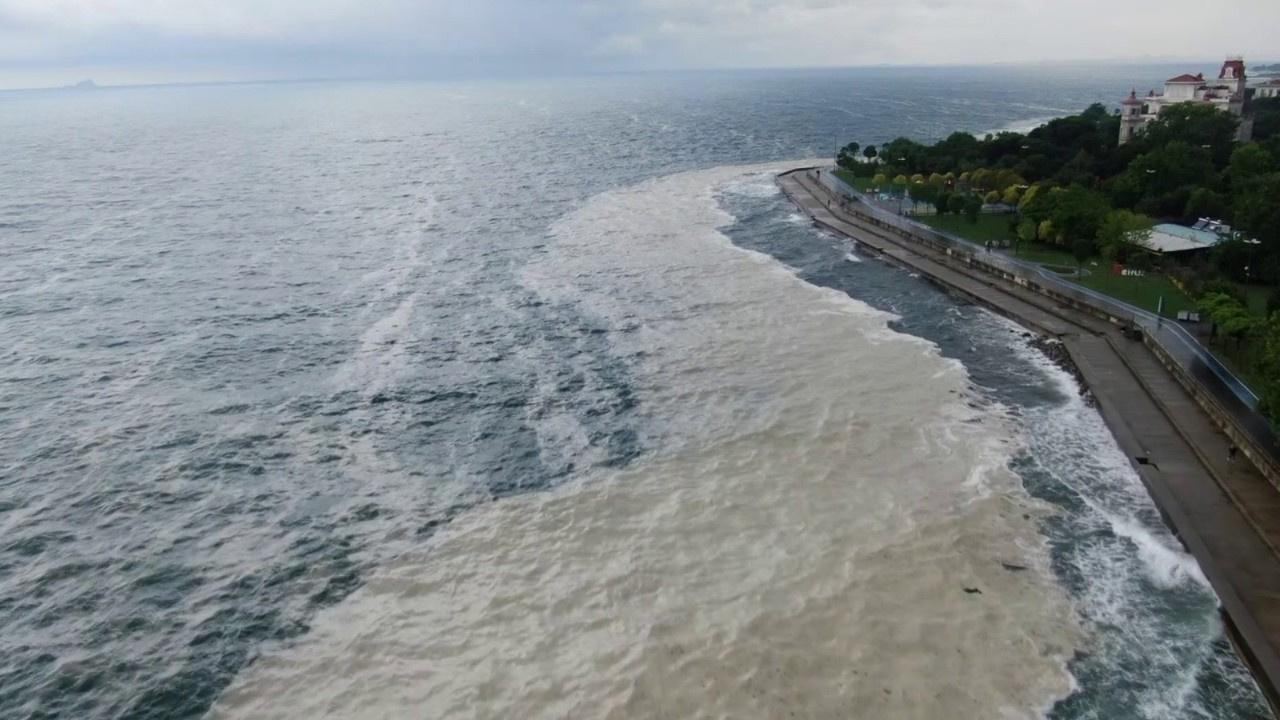 Kıyıya sürüklenen müsilaj havadan görüntülendi