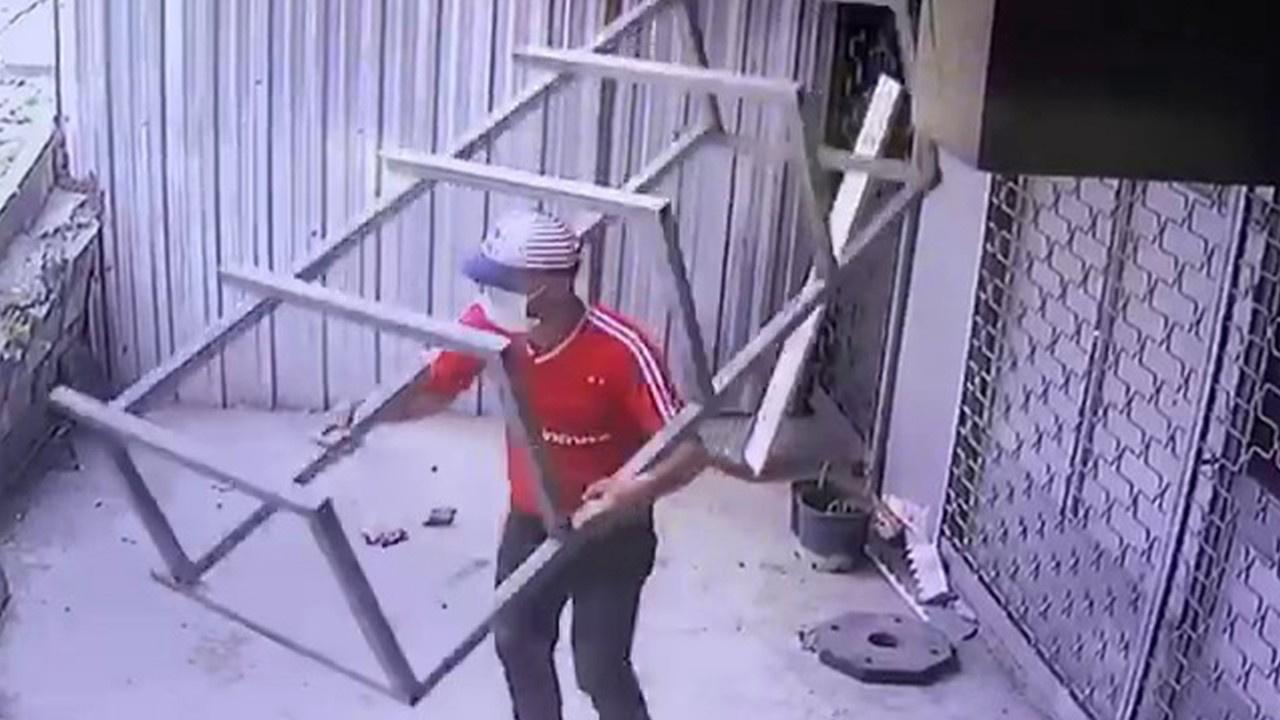 Tozlarını süpürdü, demir tezgahı sırtlayıp çaldı!
