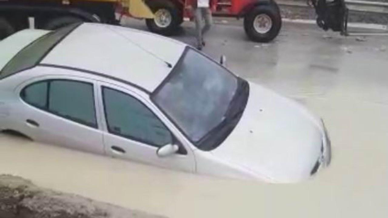 Otomobil suyla dolan alt geçitte mahur kaldı
