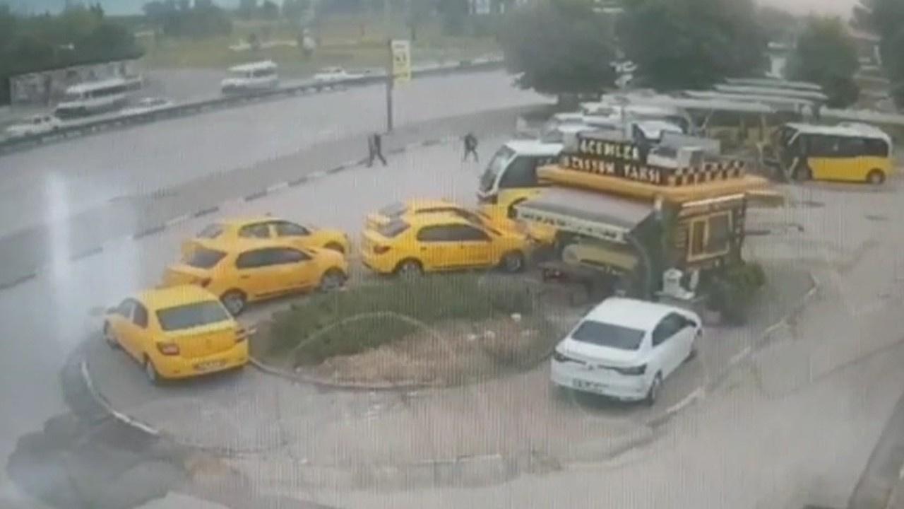 Otomobil durağa daldı: 5 yaralı