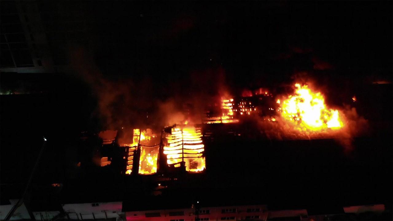 Yanan ambalaj üretim merkezi havadan görüntülendi