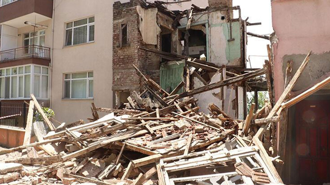 Ereğli'de 2 katlı metruk bina çöktü