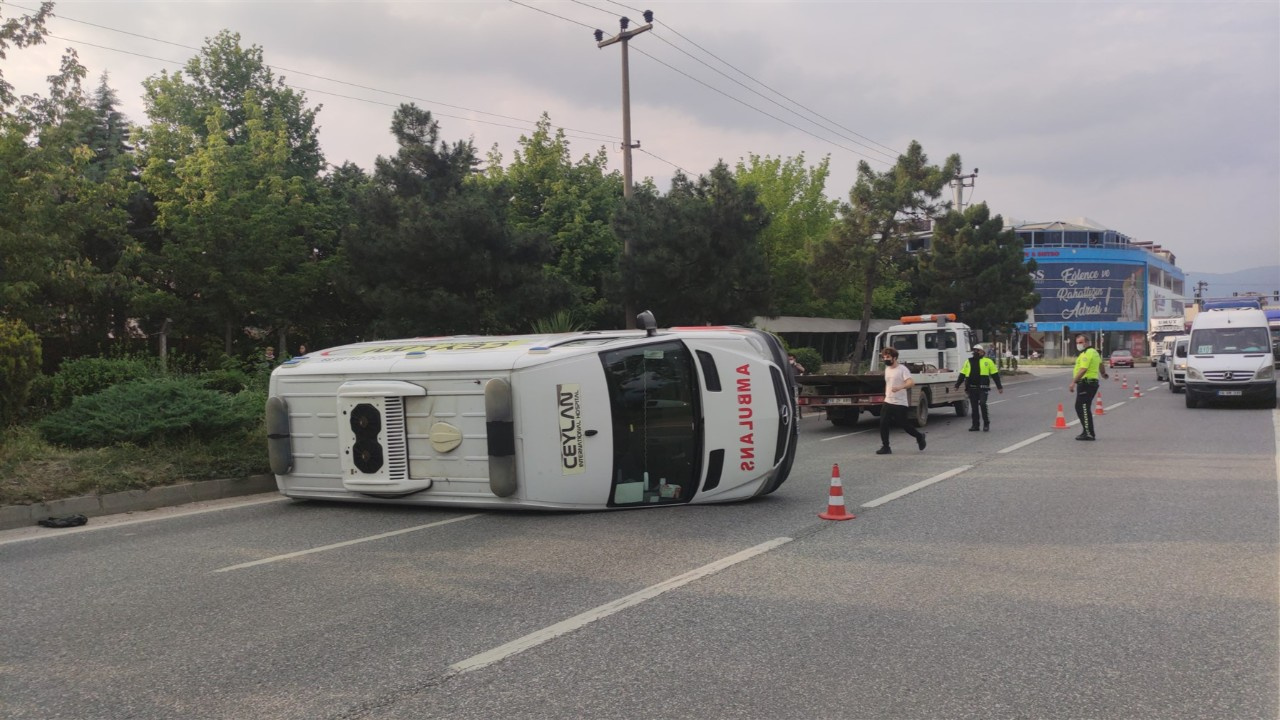 Ambulansla otomobil kavşakta çarpıştı