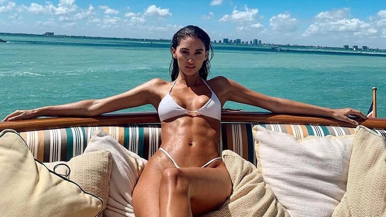 Ünlü modele bikinisi dar geldi!