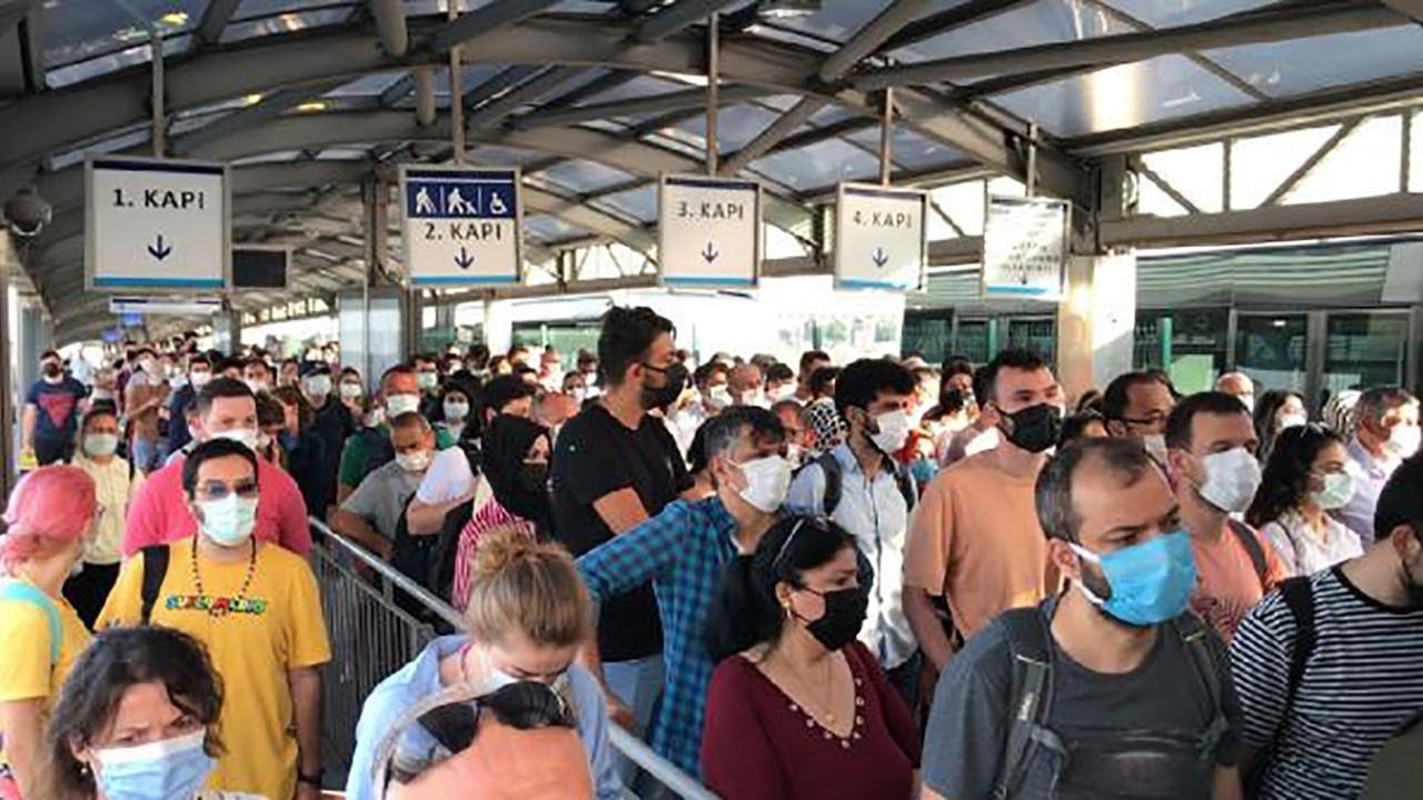 İstanbul'da metro metrobüs otobüsler tıklım tıklım