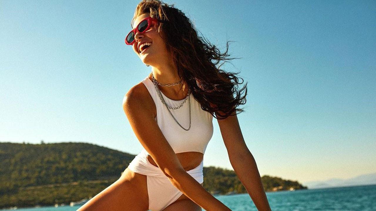 Hande Erçel siyah bikinisiyle plajda şov yaptı!