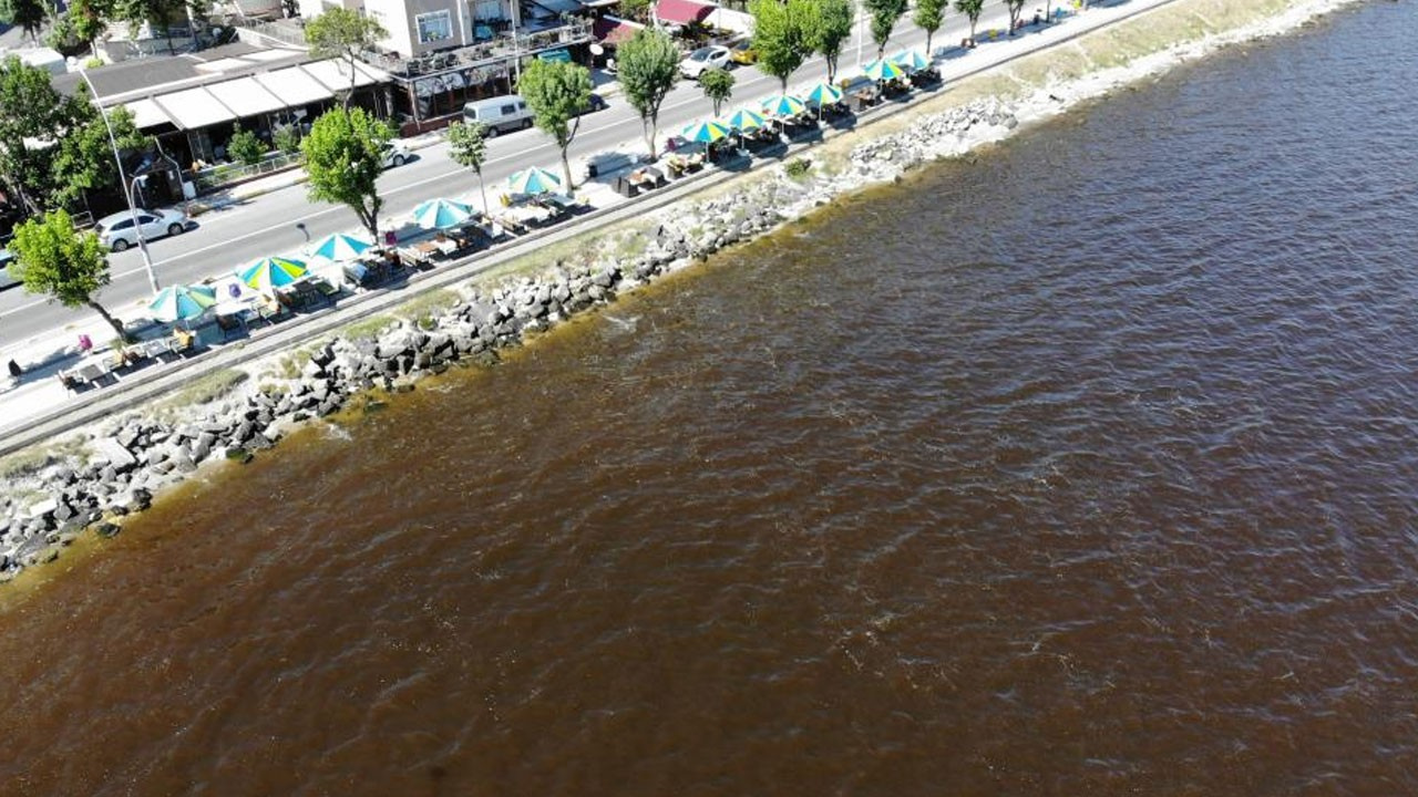 Göl suları kızıla döndü!