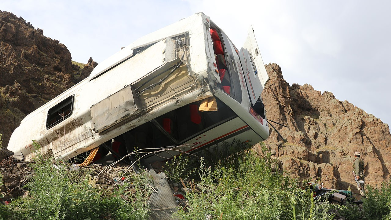 Feci kaza... Midibüs devrildi: 1 ölü, 24 yaralı
