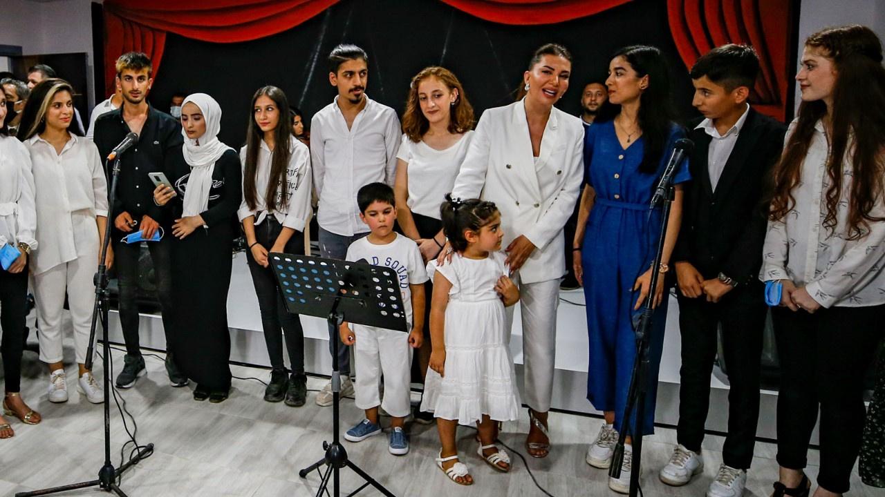 Ebru Yaşar Gülseven çocuklarla şarkı söyledi