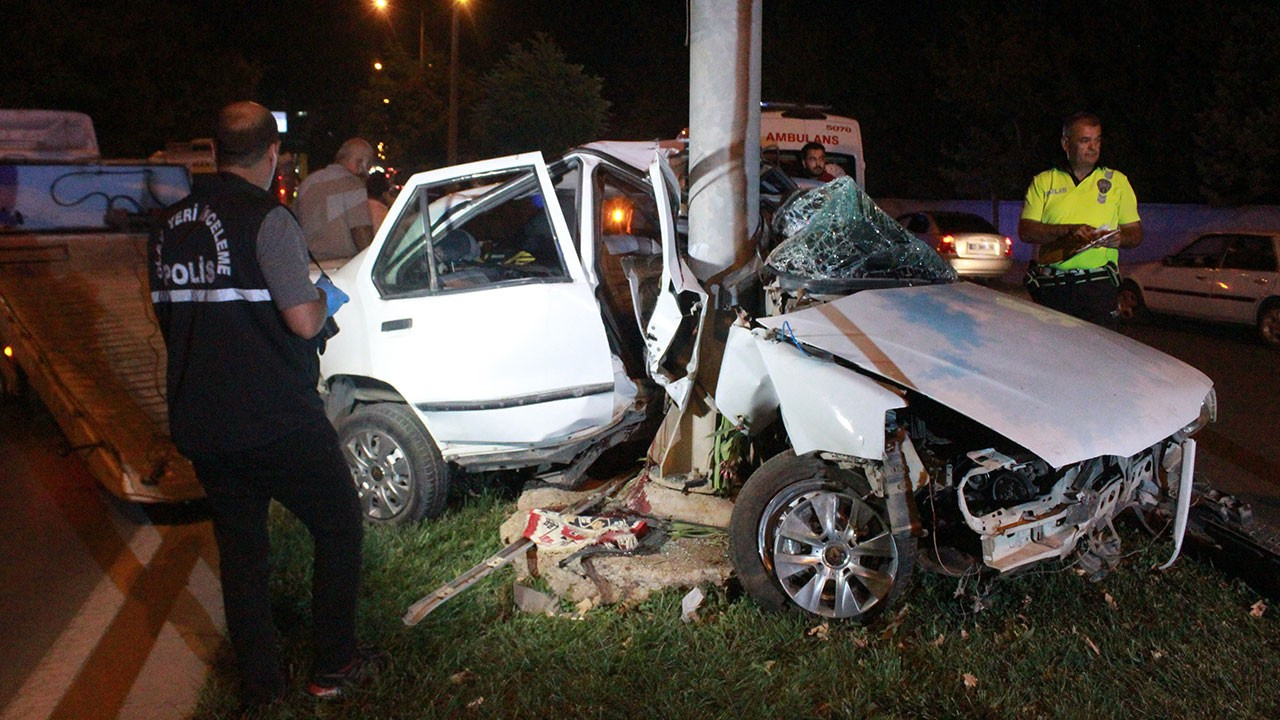 Korkunç kaza! Direğe çarpan otomobil ikiye bölündü