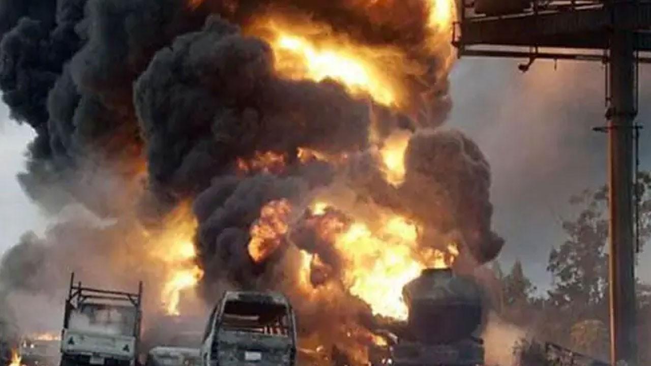 Akaryakıt tankeri devrilip patladı!