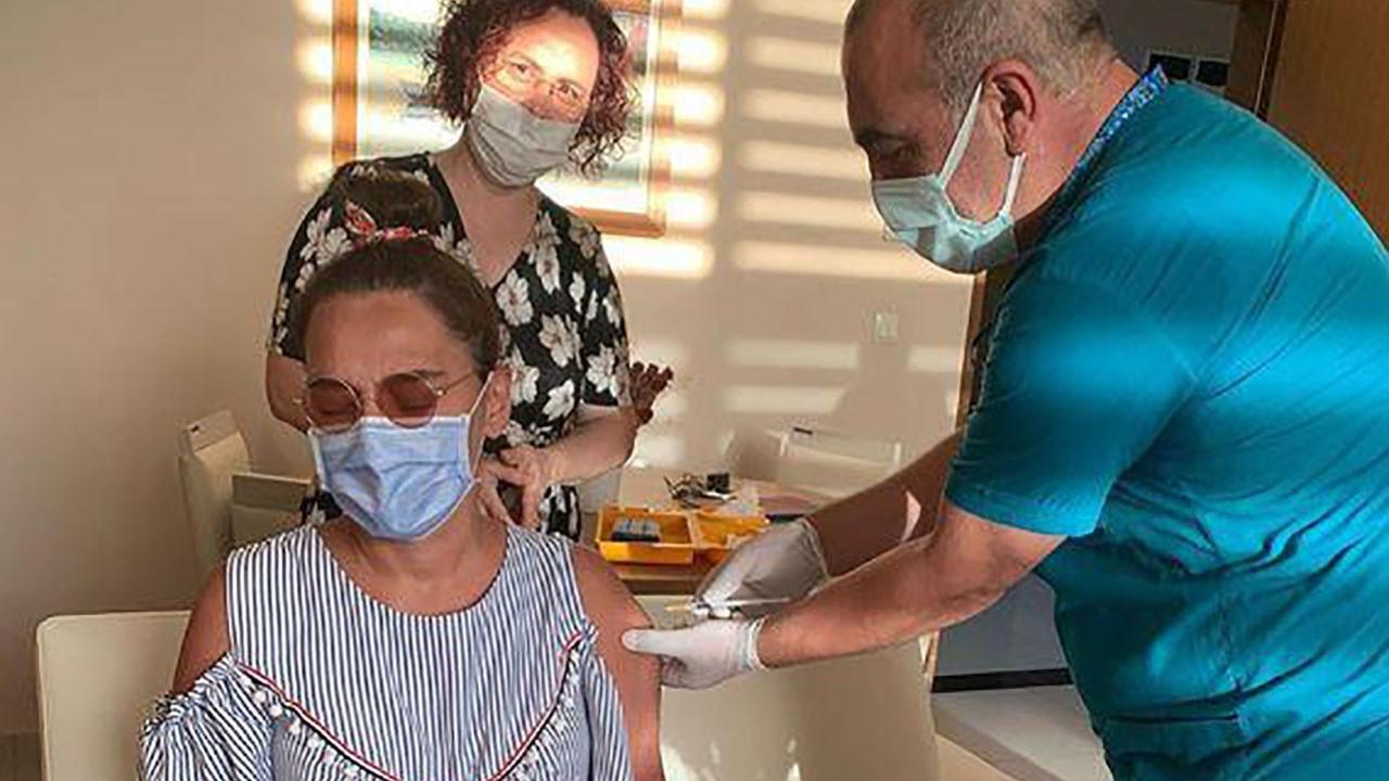 Aşı Demet Akalın'a alerji yaptı!: Uyku yok