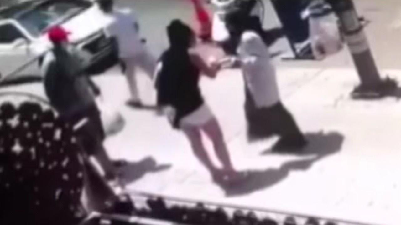 Ekmeği bahane etti, başörtülü kadına saldırdı