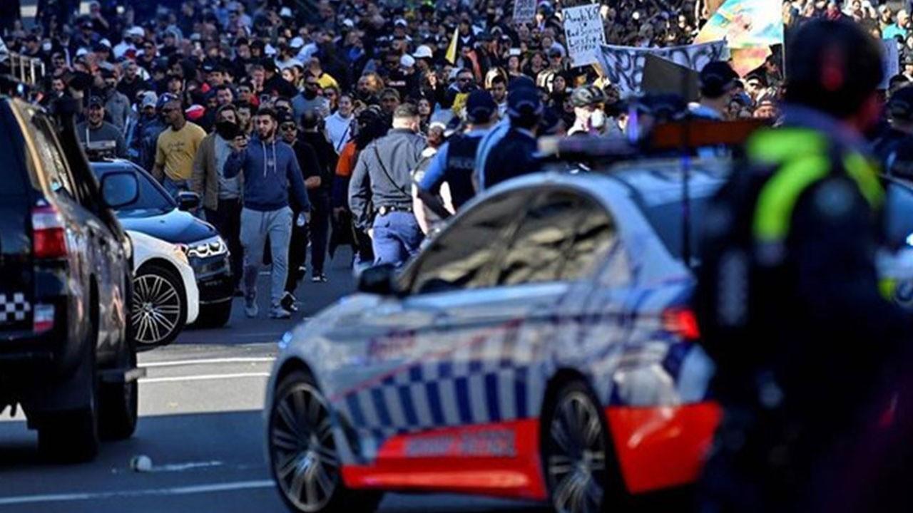Kısıtlama protestosu savaşı aratmadı