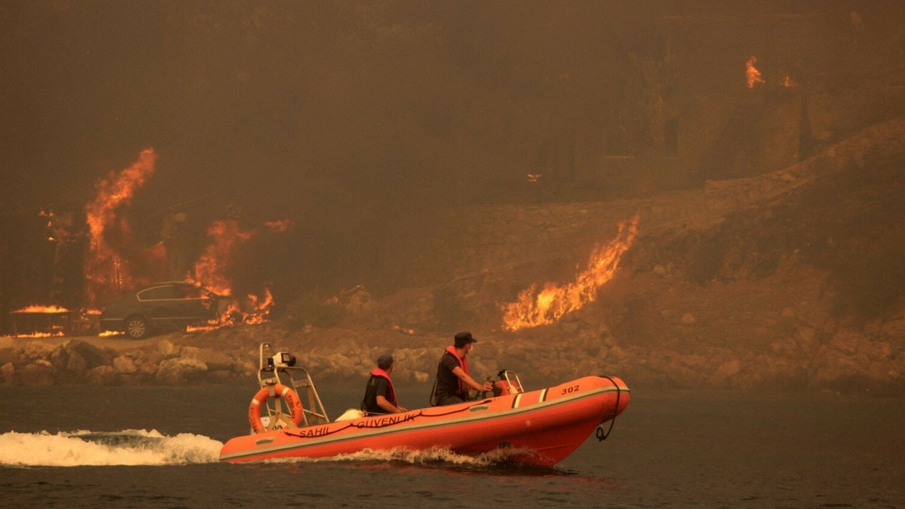 Vatandaşlar yangın bölgesinden tahliye ediliyor