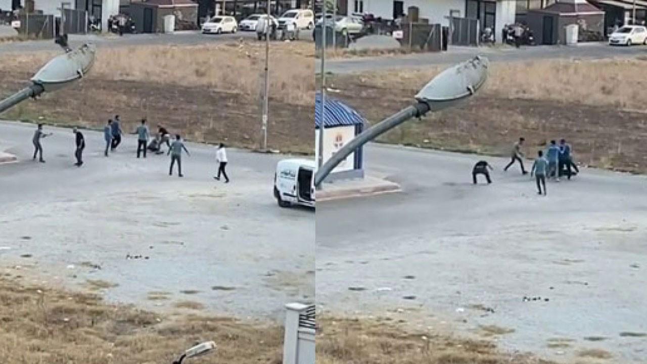 Gençlerin bıçaklı ve sopalı kavgası kamerada