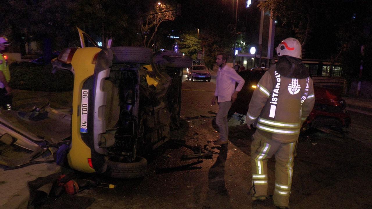 Üsküdar'da feci kaza! Araç içinde sıkıştılar!
