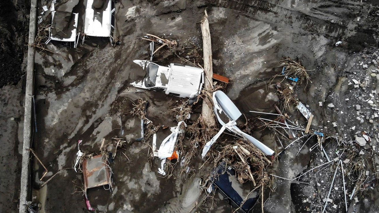 Felaket yüzlerce aracı çamura gömdü!
