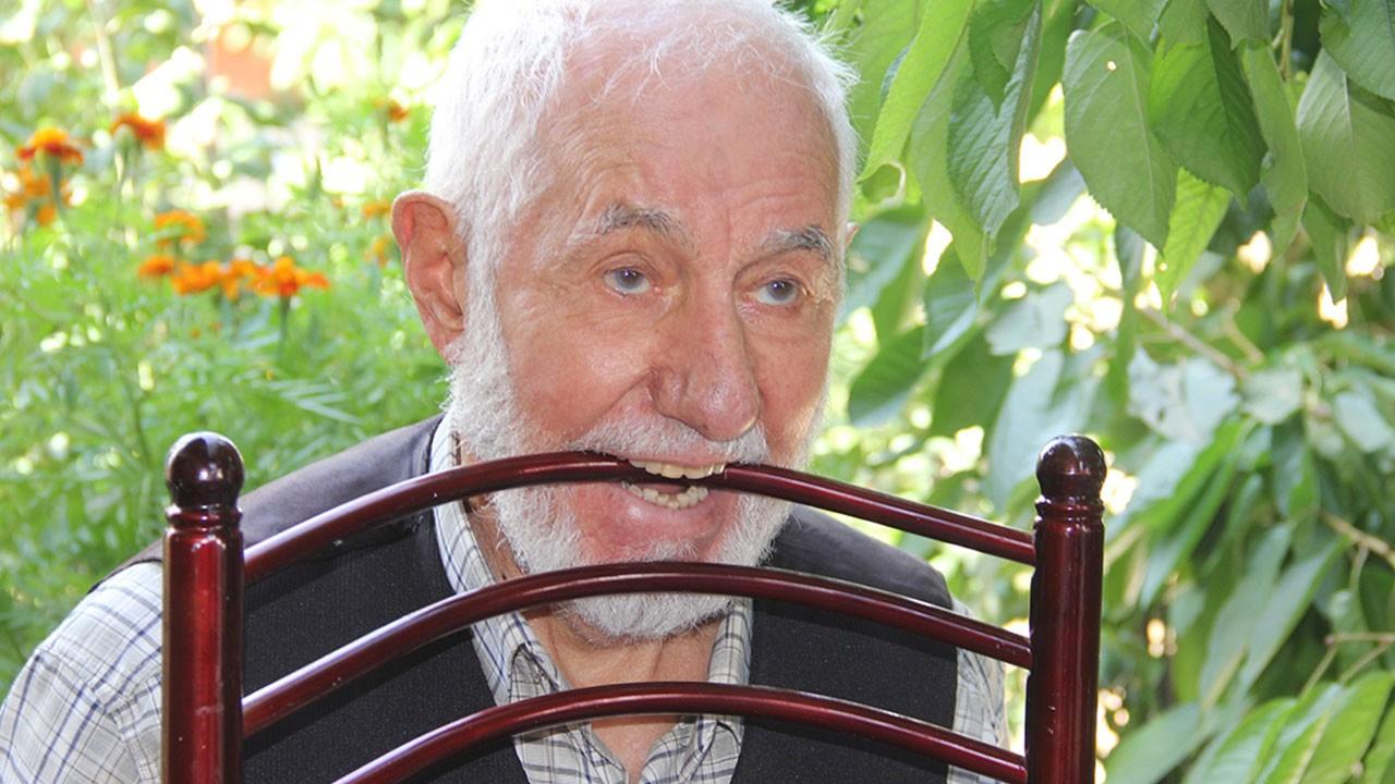 92 yaşındaki adamın dişleriyle yapmadığı şey yok