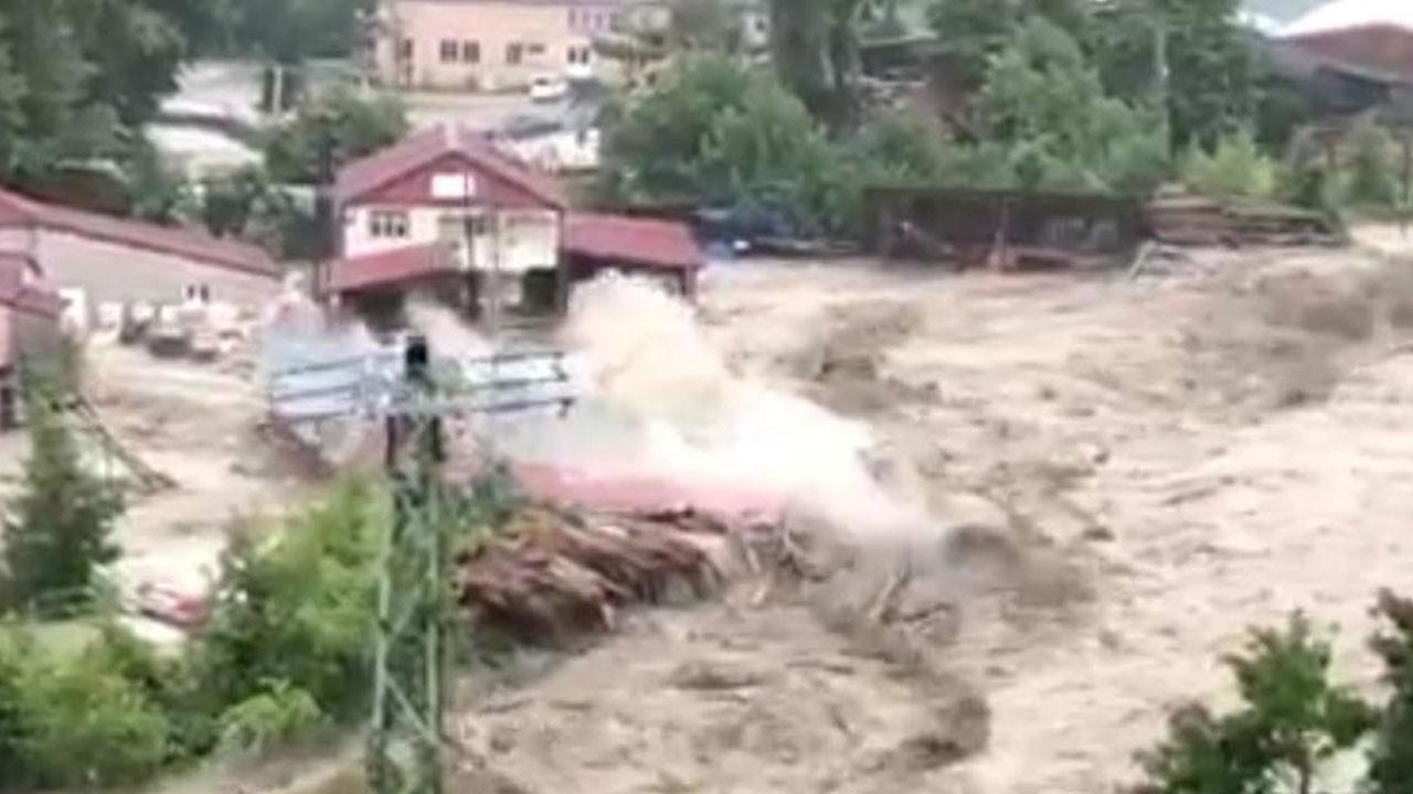 Fabrikanın sel sularına kapılma anı kamerada!