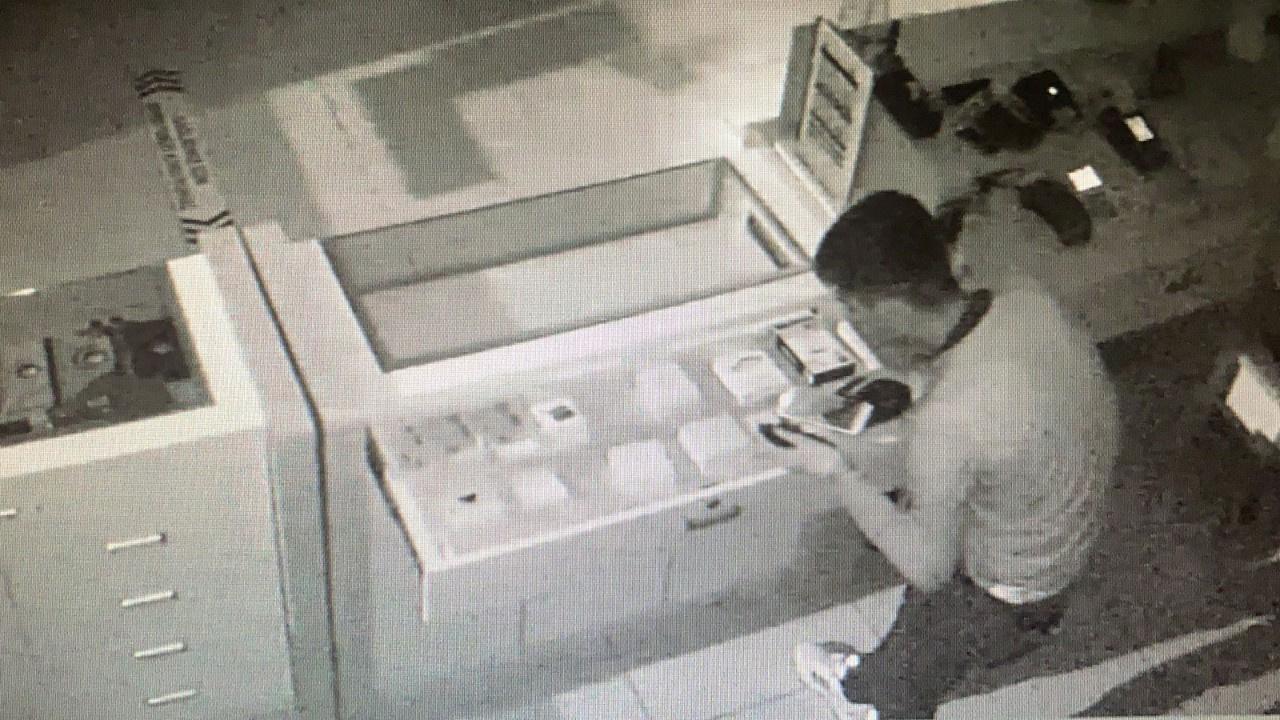 Gözüne kestirdiği telefon ve paraları böyle çaldı