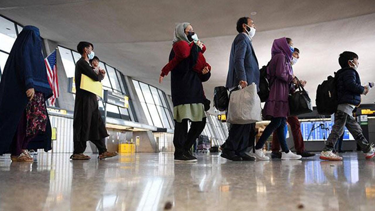 Kabil'den tahliye edilen Afganlar Washington yakınlarındaki Dulles Havalimanı'na getiriliyor