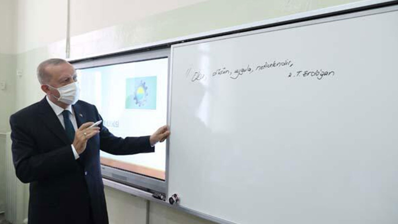 """Erdoğan """"sırrını"""" sınıf tahtasına yazdı"""