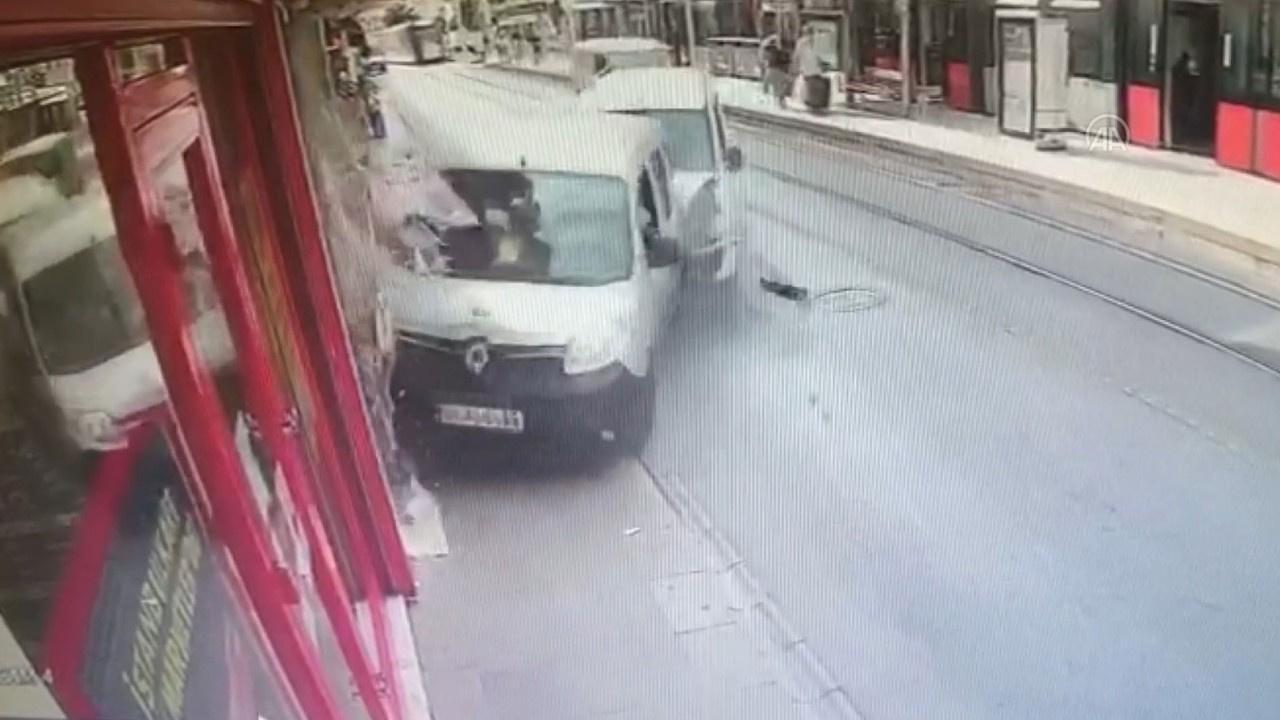 Otomobil İBB aracıyla çarpıştı: Yaralılar var