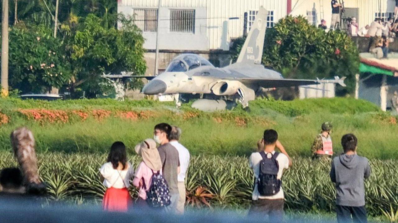 Evlerinin önüne savaş uçağı indi! Herkes şaşkın