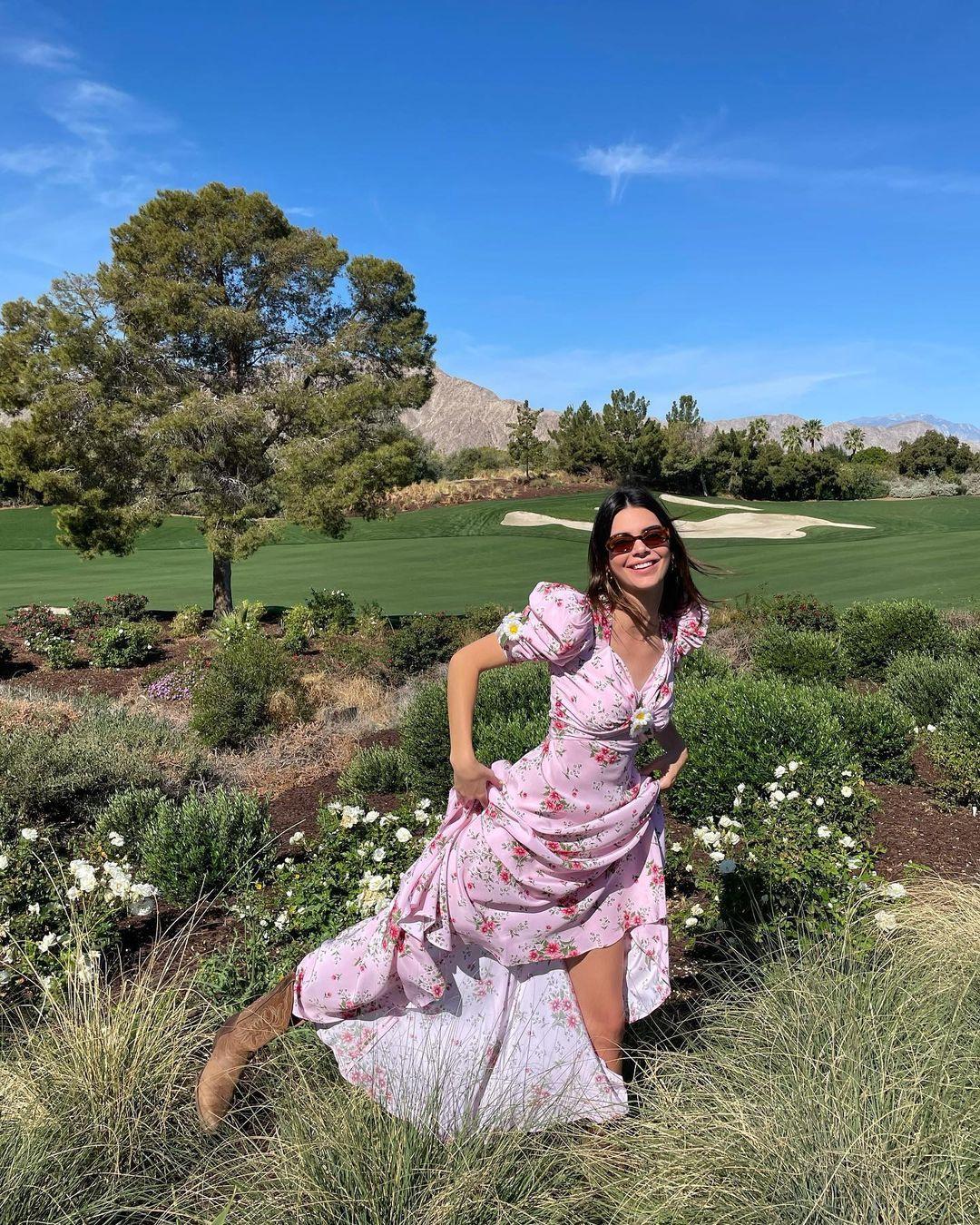 Kusursuz fiziğini gözler önüne serdi! Kendall Jenner transparan elbisesiyle nefes kesti! - Sayfa 1