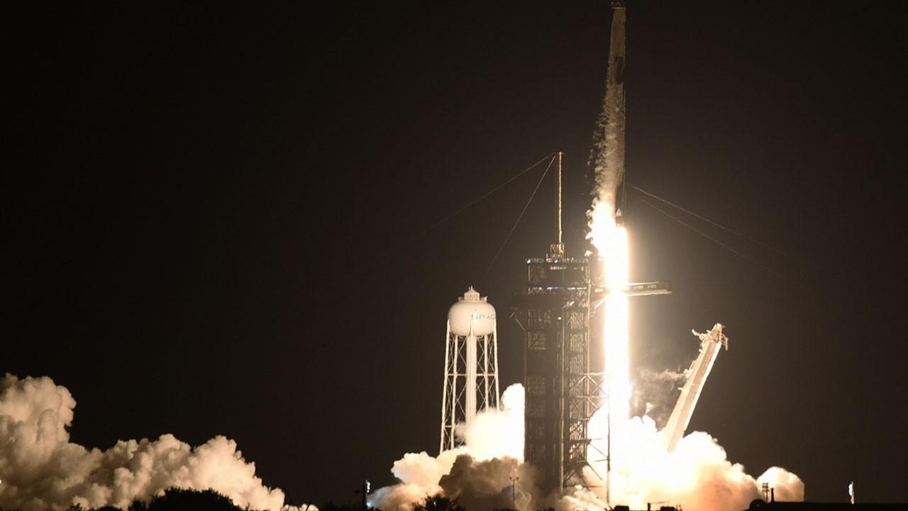 SpaceX'in yolculu roketi fırlatıldı