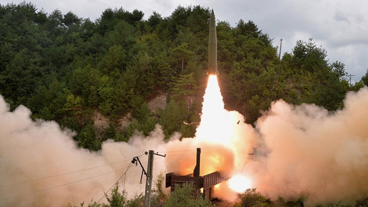 Kuzey Kore'den bir ilk! Trenden füze attılar