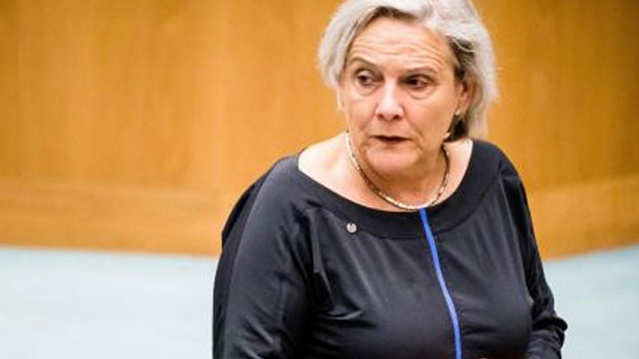 Hollanda'da Afganistan depremi! Bir istifa daha