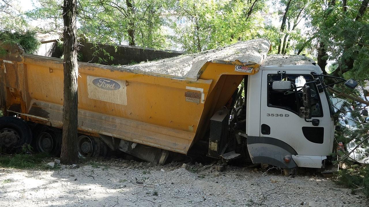 Freni boşalan hafriyat kamyonu parka girdi!