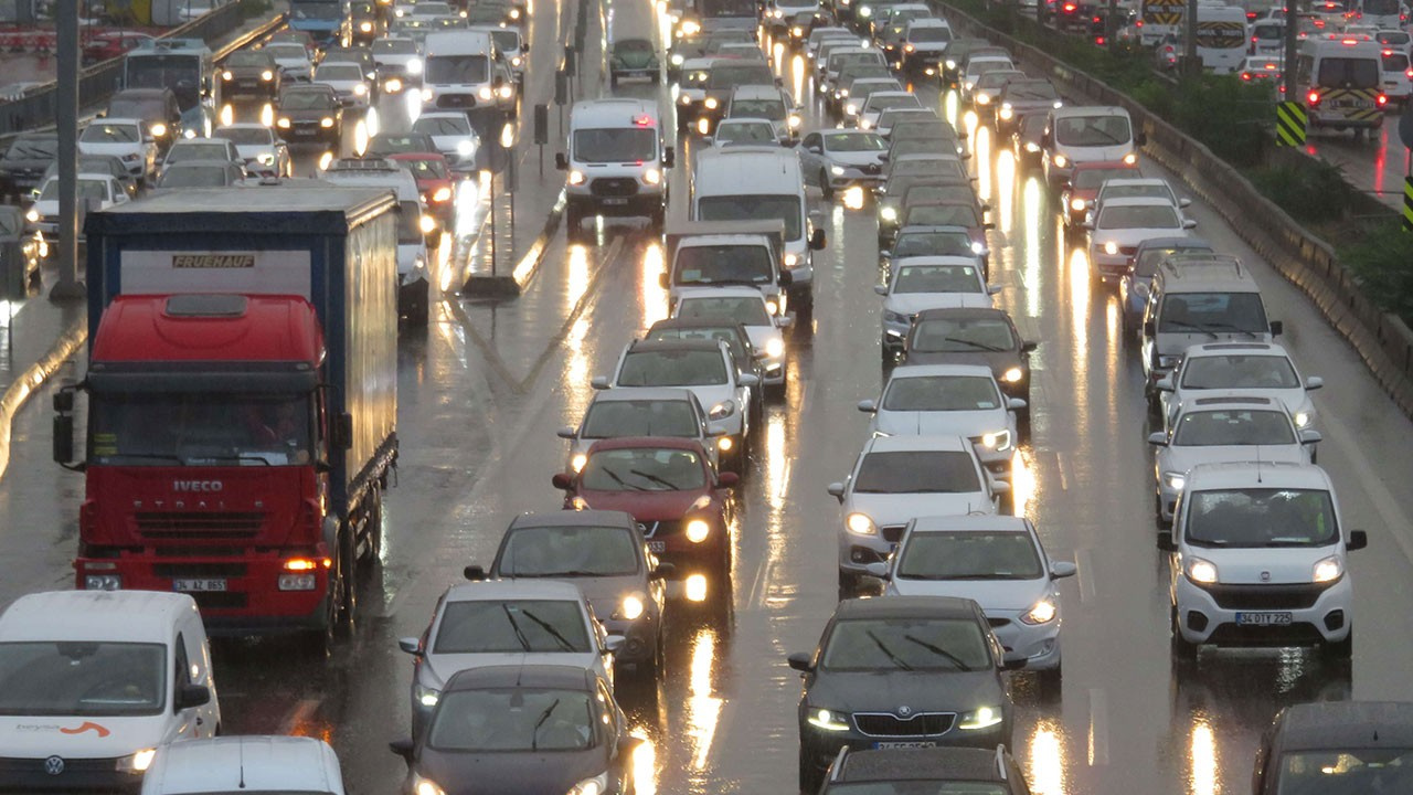 Yola çıkacaklar dikkat! İstanbul'da trafik kilit!