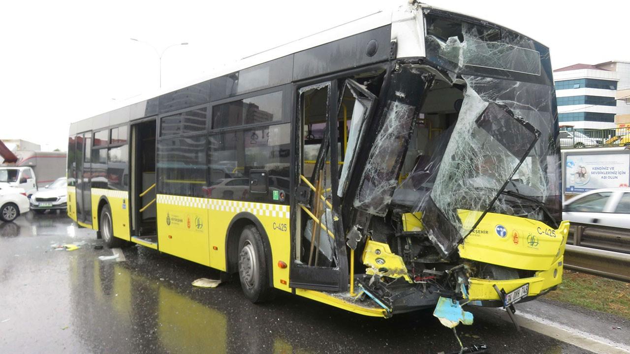 Maltepe'de İETT otobüsü kamyonete arkadan çarptı