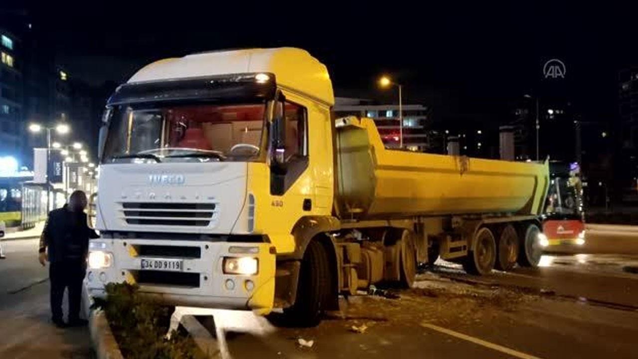 Hafriyat kamyonu ile İETT otobüsü çarpıştı!