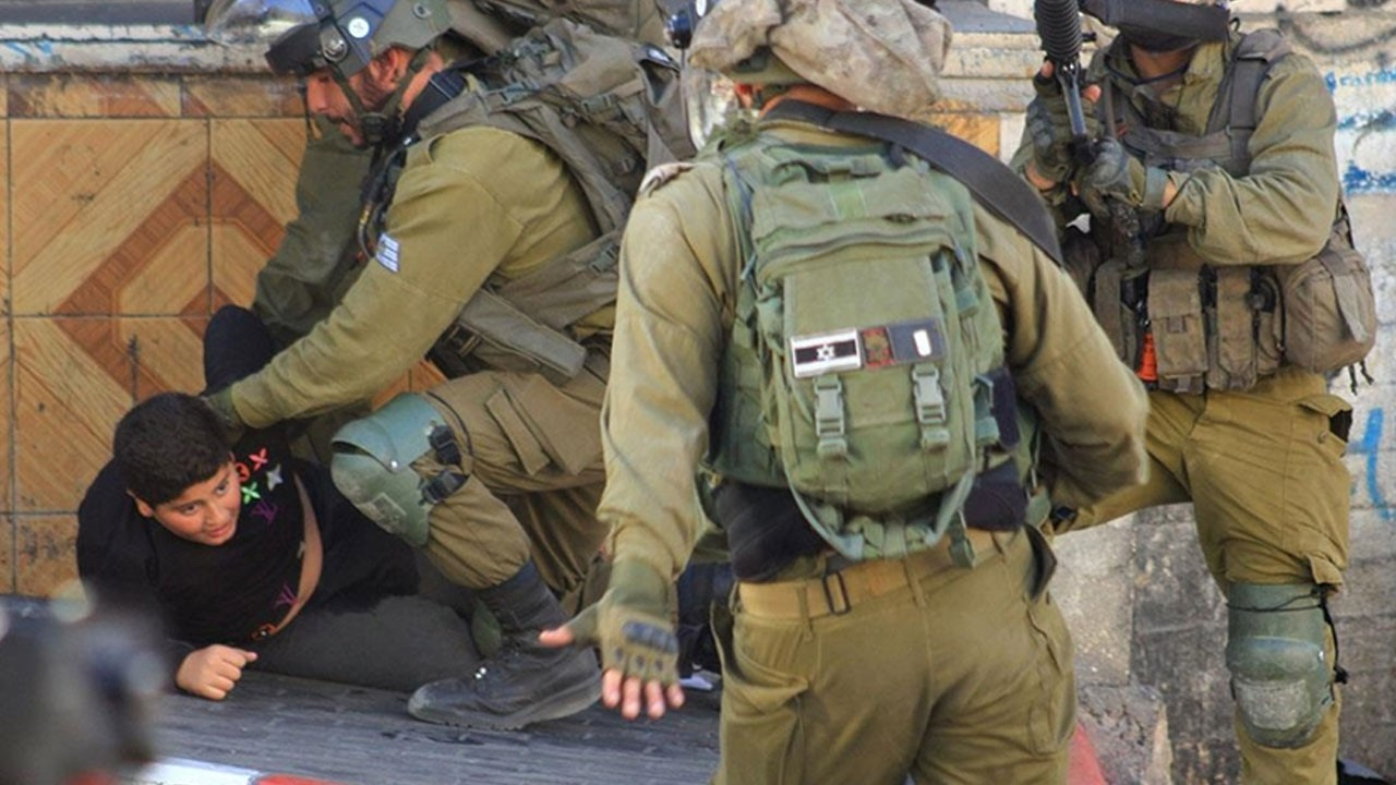10 yaşındaki çocuğa İsrail askeri zulmü!