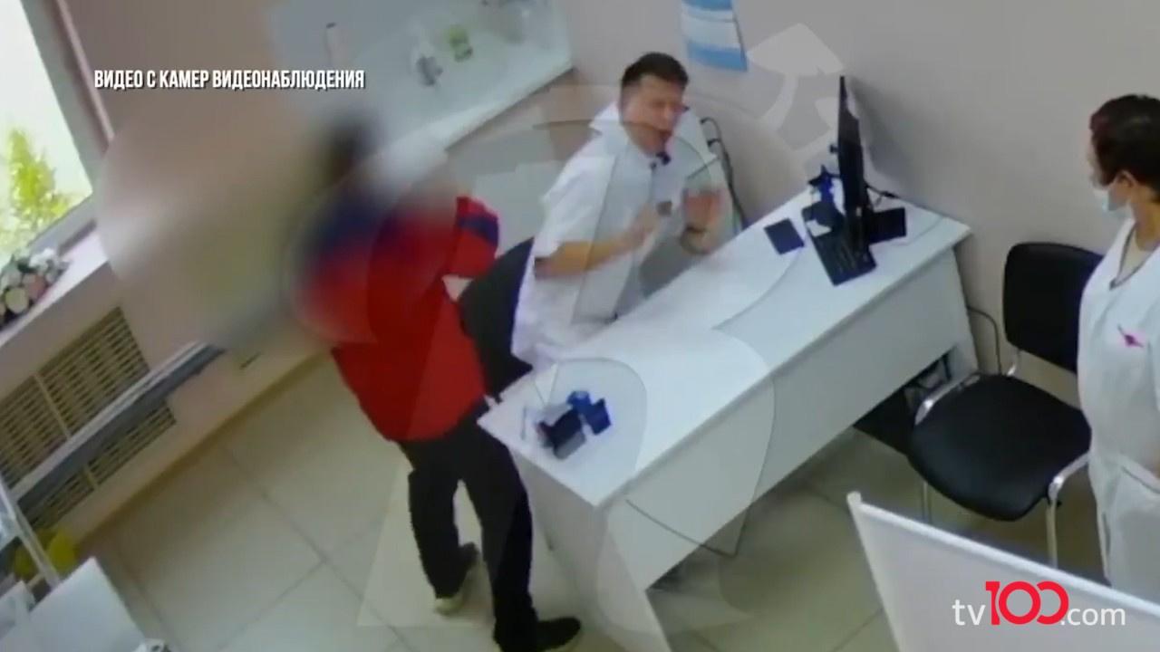 Eşini muayene eden doktoru dakikalarca dövdü
