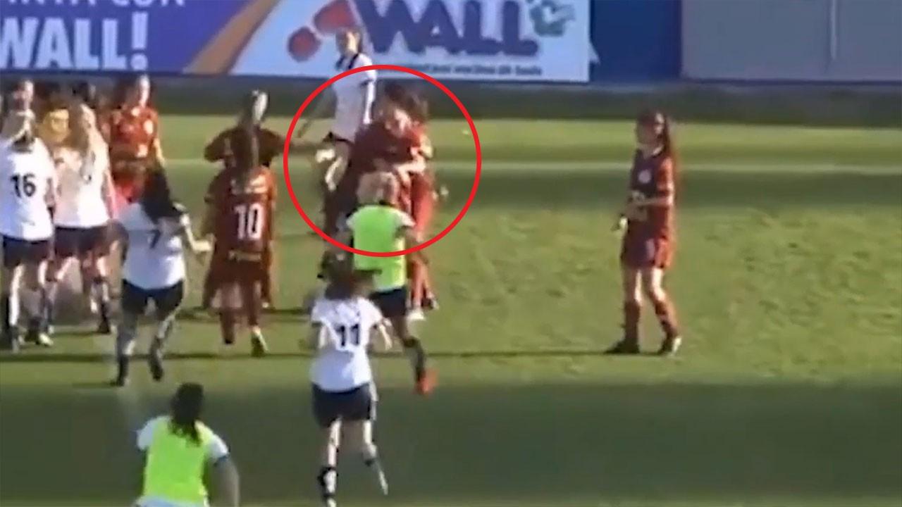 Kadın futbolcuların kavgası kamerada