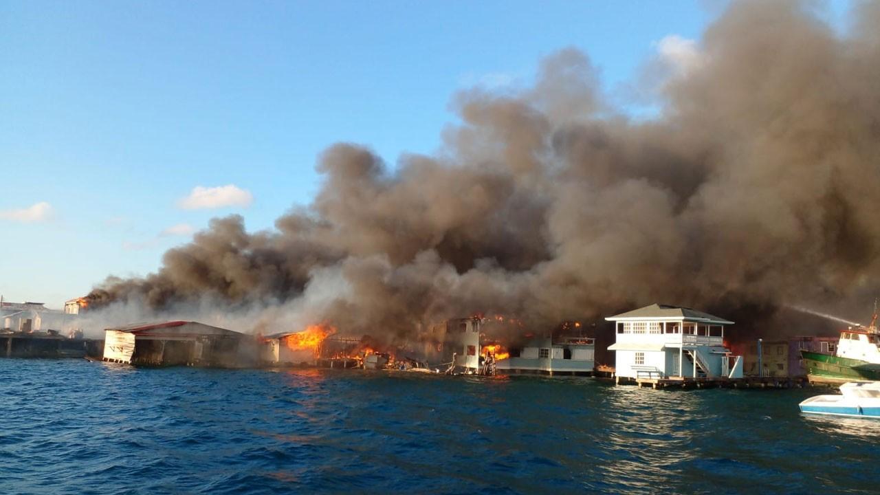 Ünlü tatil beldesi alev alev yanıyor